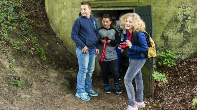 Schoolkinderen tijdens een bezoek aan Fort De Bilt met ProDemos.