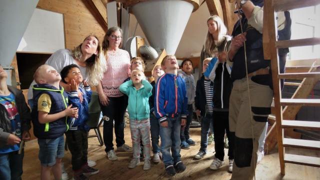 Een kleuterklas bezoekt de Braakmolen. Foto: Henk de Haan