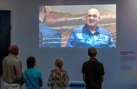 Andre Kuipers bezoekt Missie in het Museum met eigen kinderen.jpg